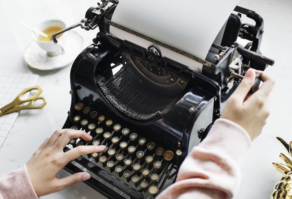 journalist-typewriter-woman
